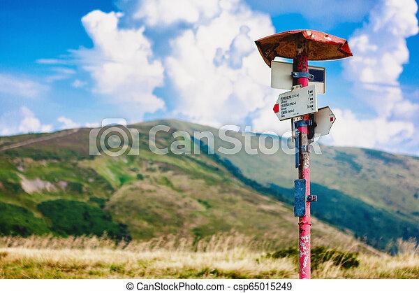 Señales de flechas metálicas en la carretera en las montañas de Carpatia. - csp65015249