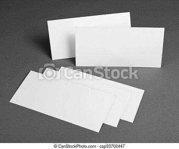 Un póster en blanco sobre un fondo gris para reemplazar tu diseño. - csp33702447