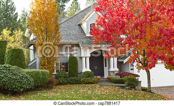 Casa residencial durante la temporada de otoño - csp7881417
