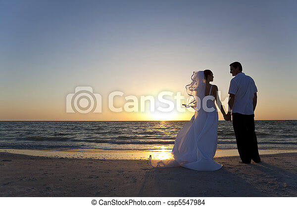 El novio se casó con una pareja de Sunset Beach - csp5547984