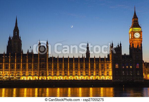 Casas del Parlamento en Londres al atardecer - csp27055275