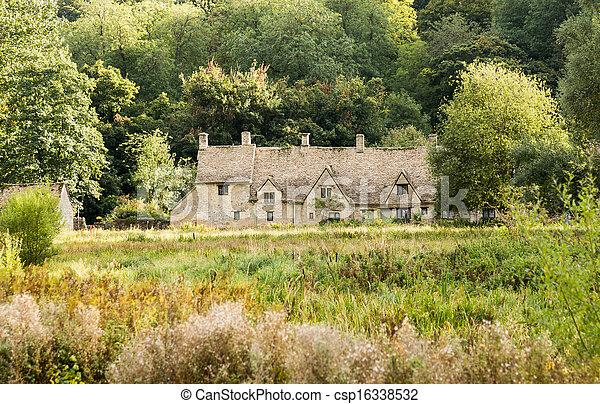 Casas viejas en el distrito de Inglaterra - csp16338532
