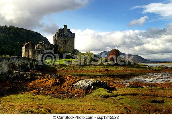 Castillo histórico de Escocia - csp1345522
