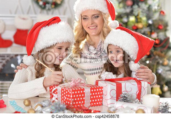 Familia celebrando la Navidad - csp42458878
