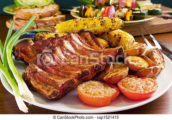 Costillas de cerdo asadas y verduras - csp1521415