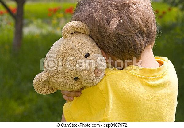 Chico con oso - csp0467972