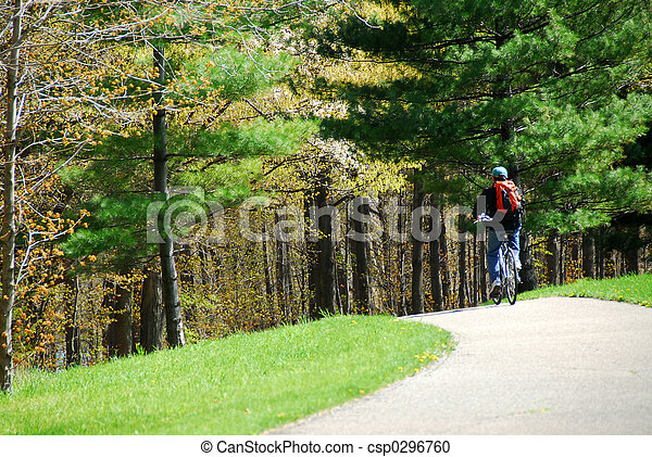 En bicicleta en un parque - csp0296760