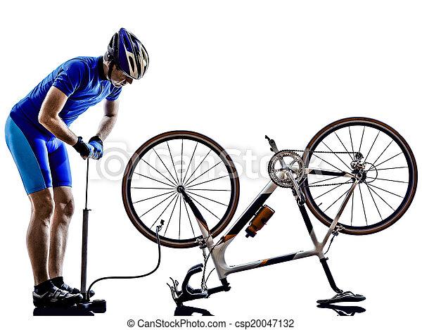 Ciclista reparando silueta de bicicleta - csp20047132