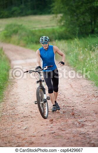El ciclista corriendo empujando su bicicleta - csp6429667