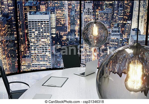 Oficina moderna con bombillas vintage y vista de la ciudad por la noche - csp31346318