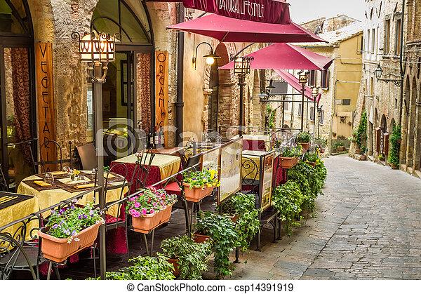 Un antiguo café en la esquina de la vieja ciudad de Italia - csp14391919