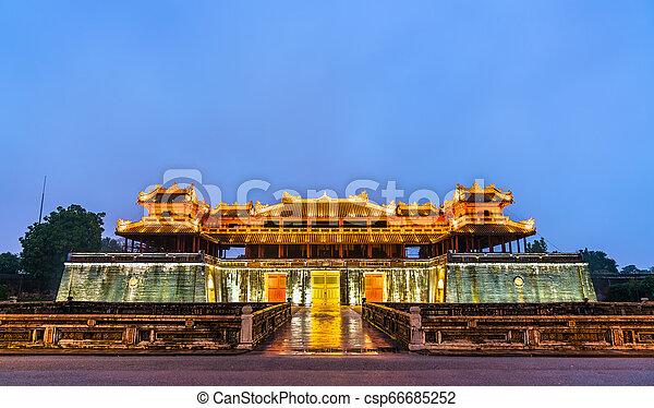 Puerta meridiana a la ciudad imperial en Hue, Vietnam - csp66685252