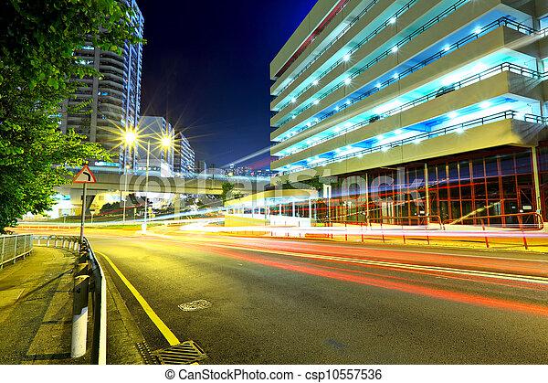 Camino por la noche en la ciudad moderna - csp10557536