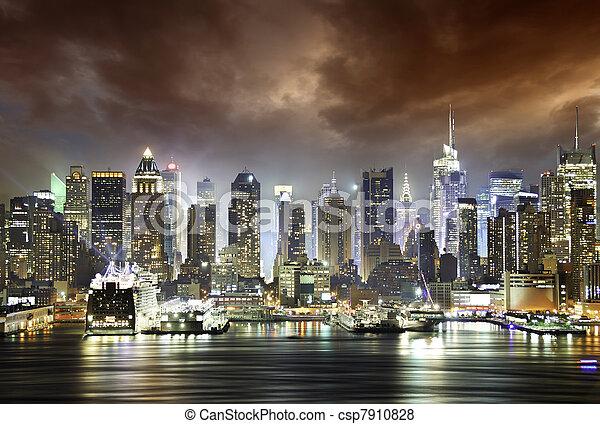 Nubes en la noche, Nueva York - csp7910828