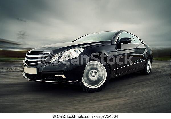 El auto conduce rápido - csp7734564