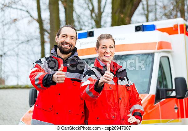 Médico de emergencia en frente de ambulancia - csp26947007