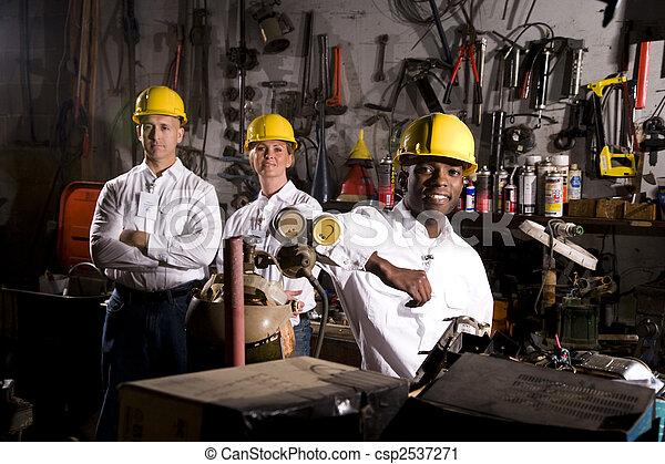 Colegas en el área de mantenimiento de la oficina - csp2537271