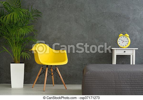 Colores vivos en la habitación gris - csp37171273