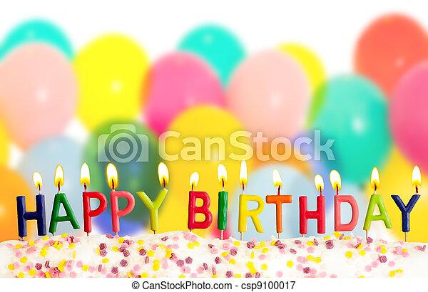 Feliz cumpleaños encendió velas en globos coloridos de fondo - csp9100017