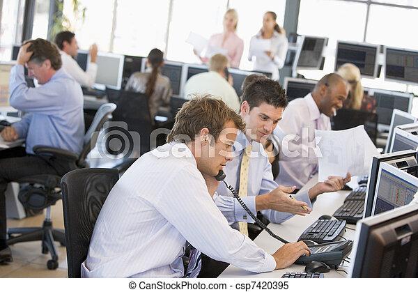 Vista de la oficina de comerciantes de acciones ocupados - csp7420395
