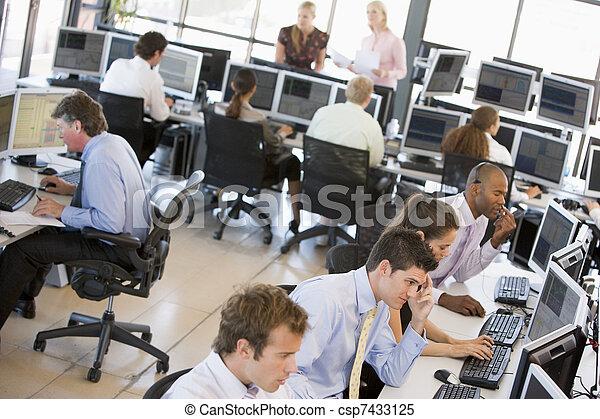 La vista de la oficina de comerciantes ocupados - csp7433125