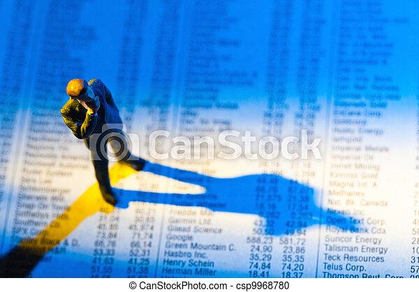 Comparte los precios en un periódico - csp9968780