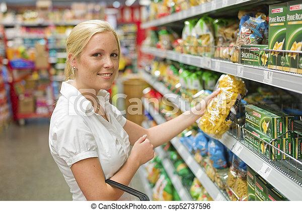 Una mujer comprando en el supermercado - csp52737596