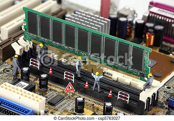 Concepto: trabajadores de construcción instalando memoria informática - csp5763027
