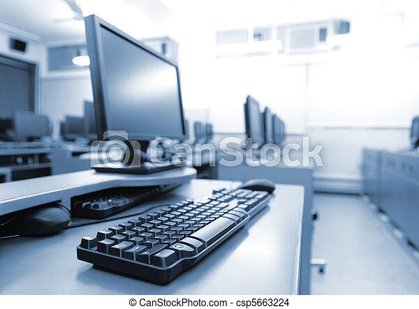 Sala de trabajo con computadoras - csp5663224