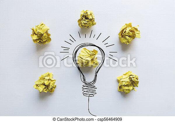 Idea creativa. Concepto de idea e innovación con bola de papel amarilla y bombilla - csp56464909