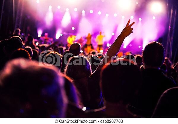 Gente en un concierto de música - csp8287783