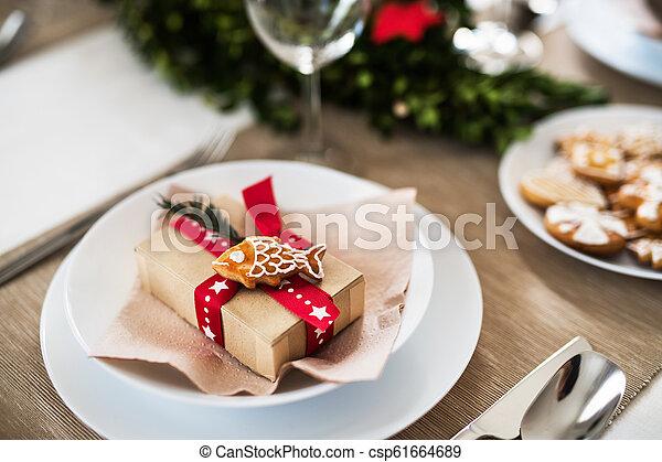 Una mesa para una cena en casa en Navidad. - csp61664689
