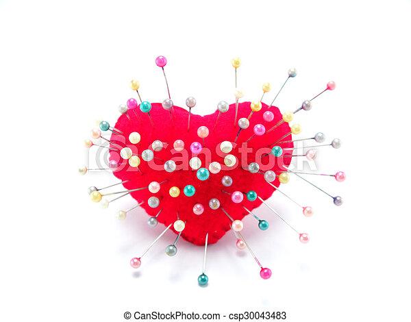 Corazón con alfiler derecho en fondo blanco - csp30043483