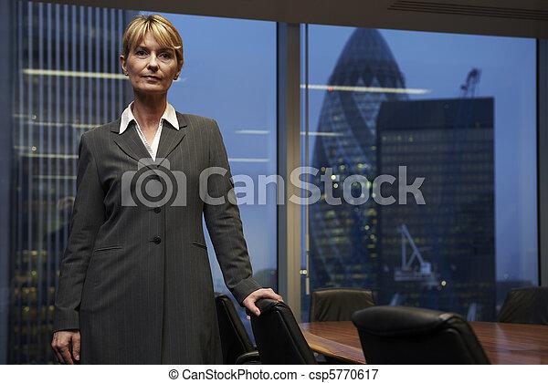 Mujer de negocios - csp5770617