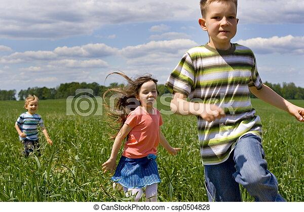 Niños corriendo - csp0504828