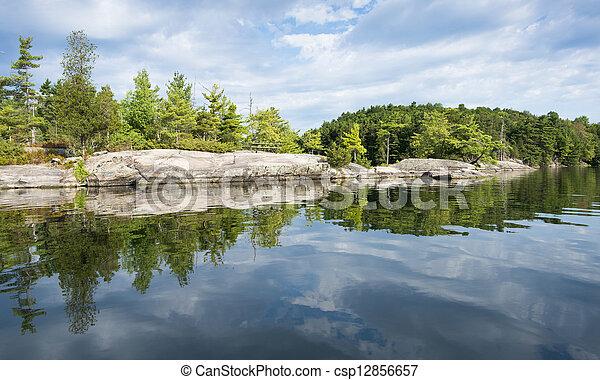 Reflejo Shoreline del lago del norte - csp12856657