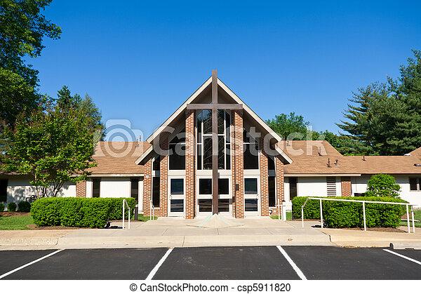 El exterior de la iglesia moderna con una gran cruz - csp5911820