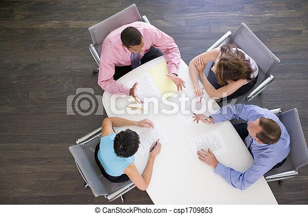 Cuatro hombres de negocios en la mesa - csp1709853