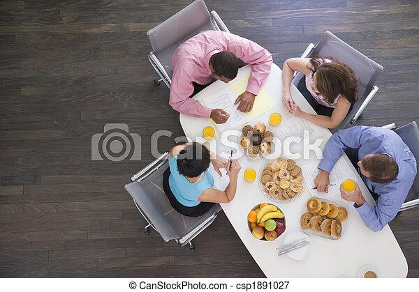 Cuatro hombres de negocios en la mesa con el desayuno - csp1891027