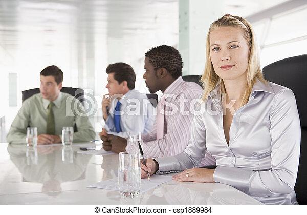 Cuatro hombres de negocios en una sala de juntas - csp1889984