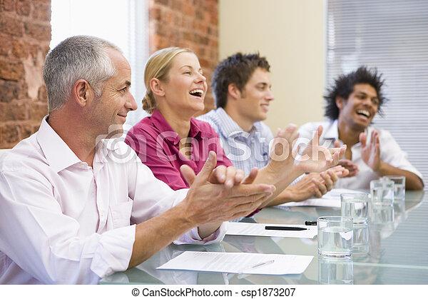 Cuatro empresarios aplaudiendo y sonriendo - csp1873207