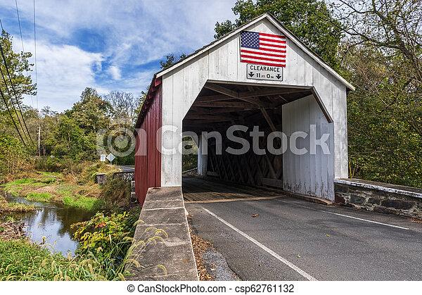 El puente cubierto de rojo y blanco - csp62761132
