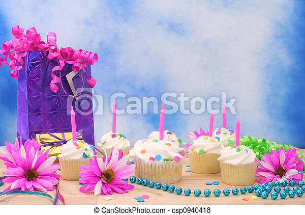 Pastelitos de cumpleaños - csp0940418