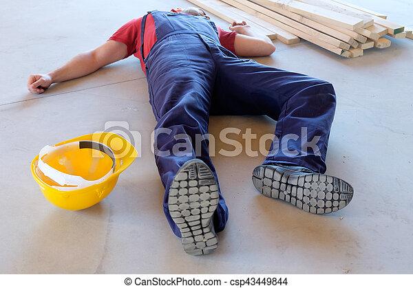 Trabajador en un desmayo después de una lesión en el trabajo - csp43449844