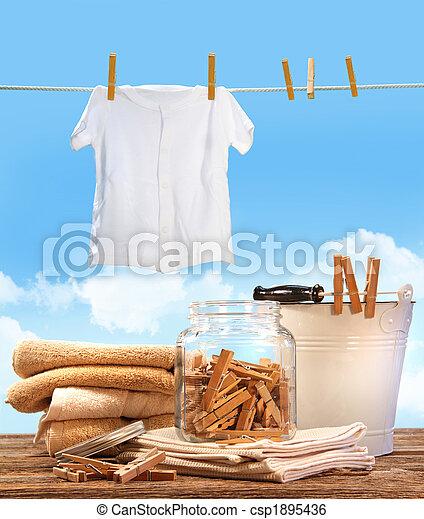 Día de lavado con toallas, alfileres en la mesa - csp1895436