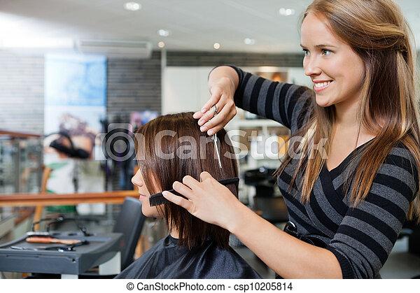 Peluquero peinándose con una mujer - csp10205814