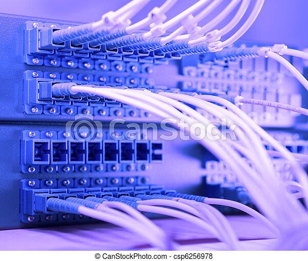 Un disparo de cables y servidores en un centro de datos tecnológico - csp6256978