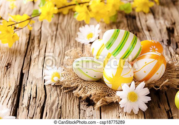 Huevos de Pascua en la superficie de madera - csp18775289