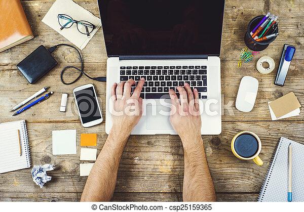 Una mezcla de escritorio en una mesa de oficina de madera. - csp25159365
