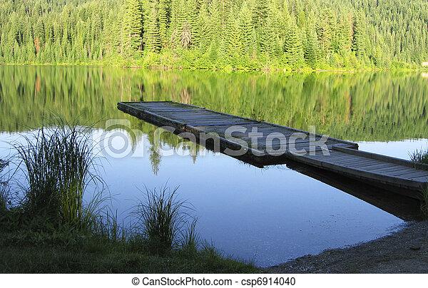 El muelle de madera del lago - csp6914040